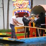 Mariachi tocando en una trajinera