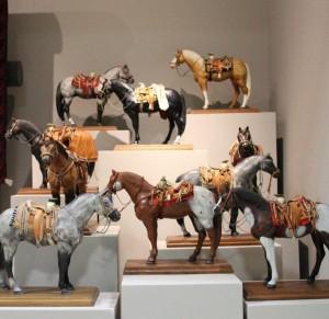 Caballos y monturas Siglo XX Resina policromada, monturas de piel con aplicaciones de textil y fibras naturales. Colección Museo de Historia Mexicana