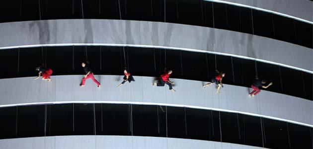 BandaLoop desafía la gravedad en la Torre Administrativa de Monterrey.