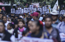 MÉXICO, D.F., 26DICIEMBRE2015.- Familiares de los 43 normalistas desaparecidos de Ayotzinapa, realizaron una precesión de la Catedral a la Basilica de Guadalupe en exigencia de la aparición con vida de los jóvenes estudiantes al cumplirse 15 meses del ataque en Iguala, Guerrero. FOTO: ADOLFO /CUARTOSCURO.COM