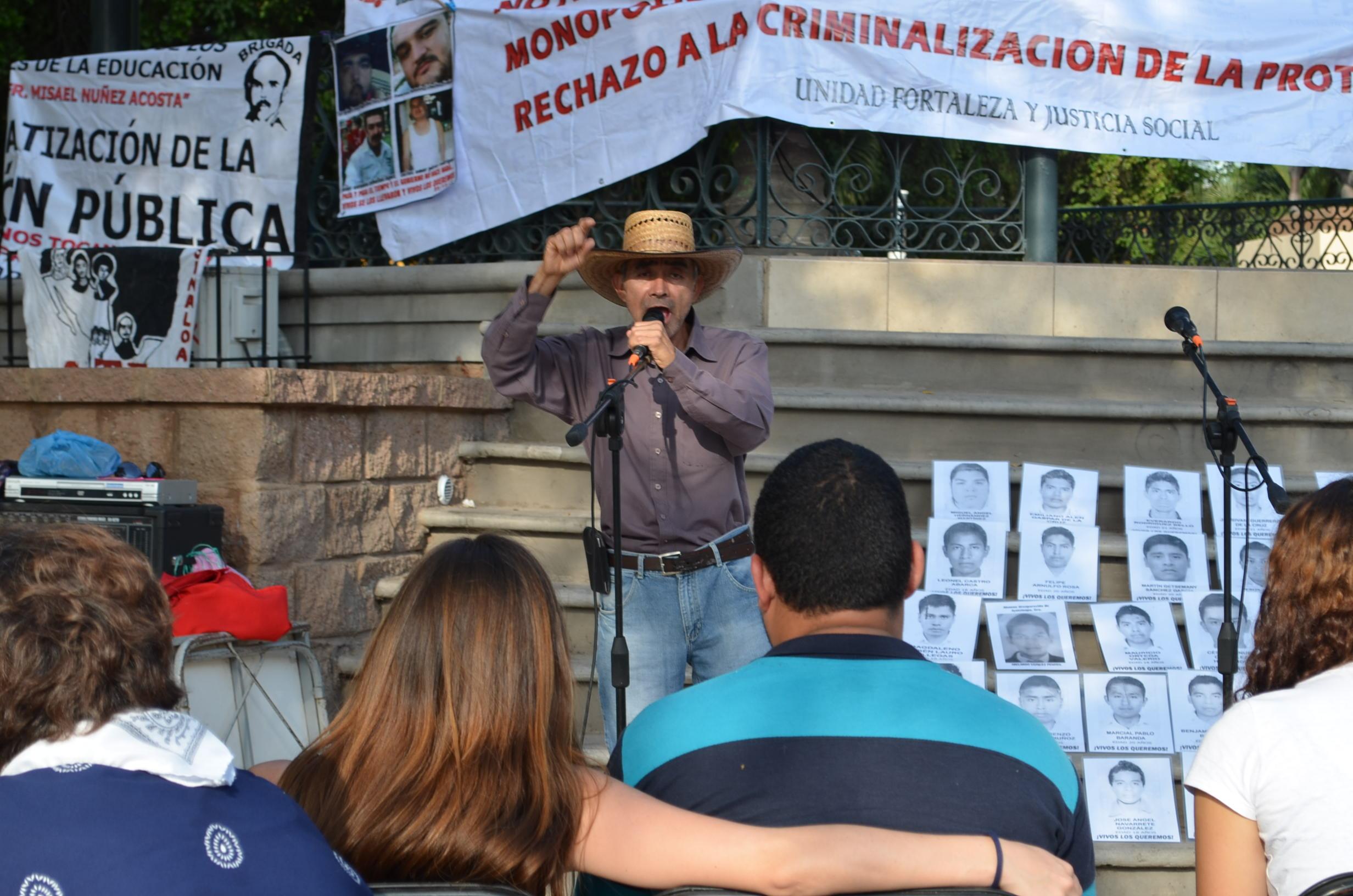 Maestro Abel Montoya, miembro del SNTE invitó a los ciudadanos a protestar en contra del mal gobierno de Enrique Peña Nieto. Fotografía: Gabriela Sánchez
