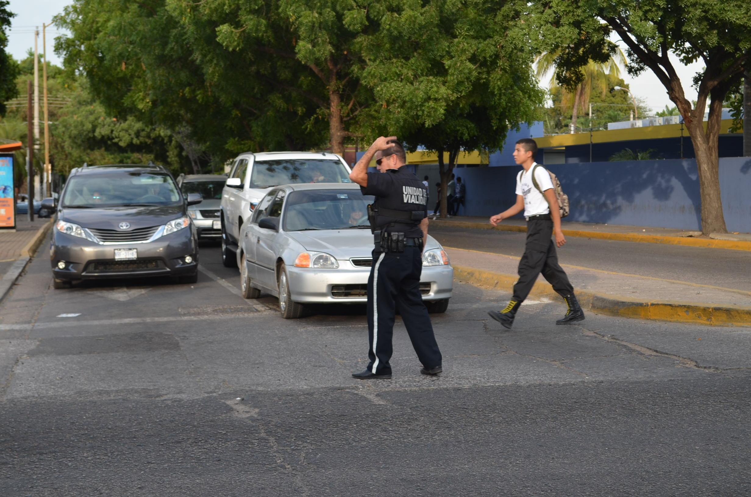 Aparecen agentes de tránsito municipales para ayudar al desvió de automóviles, sin embargo la protesta continua. Fotografía: Gabriela Sánchez