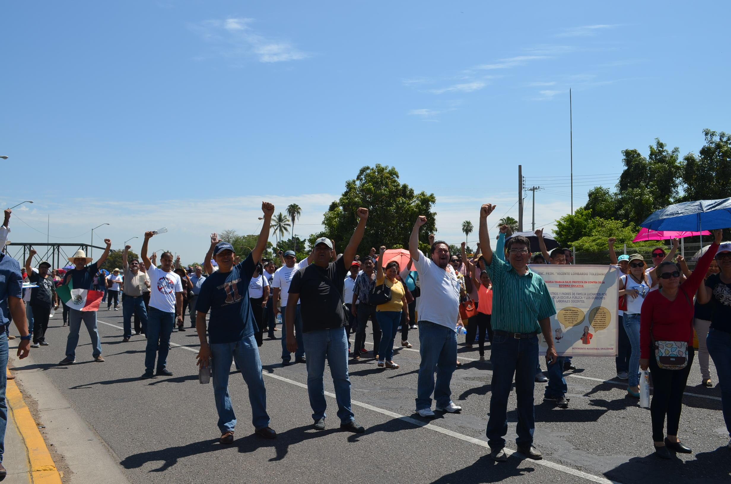 Maestros y miembros de colectivos para la defensa del magisterio marchan a la SEPyC. Fotografía: Gabriela Sánchez