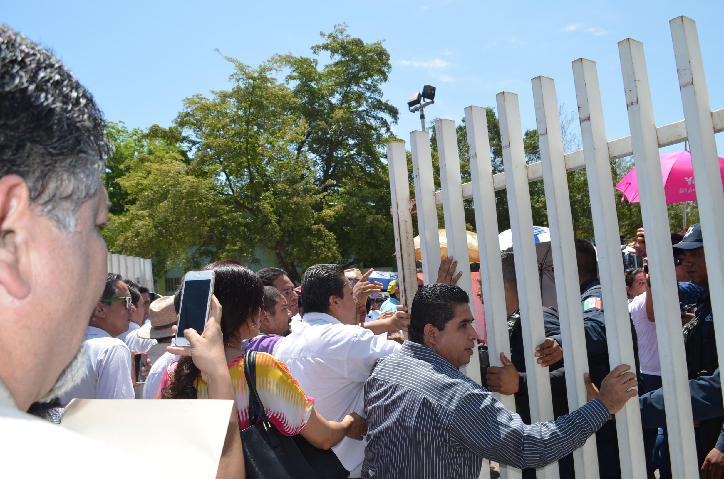 Los policías se negaron a responder quien dio las ordenes para bloquear la entrada. Fotografía: Gabriela Sánchez