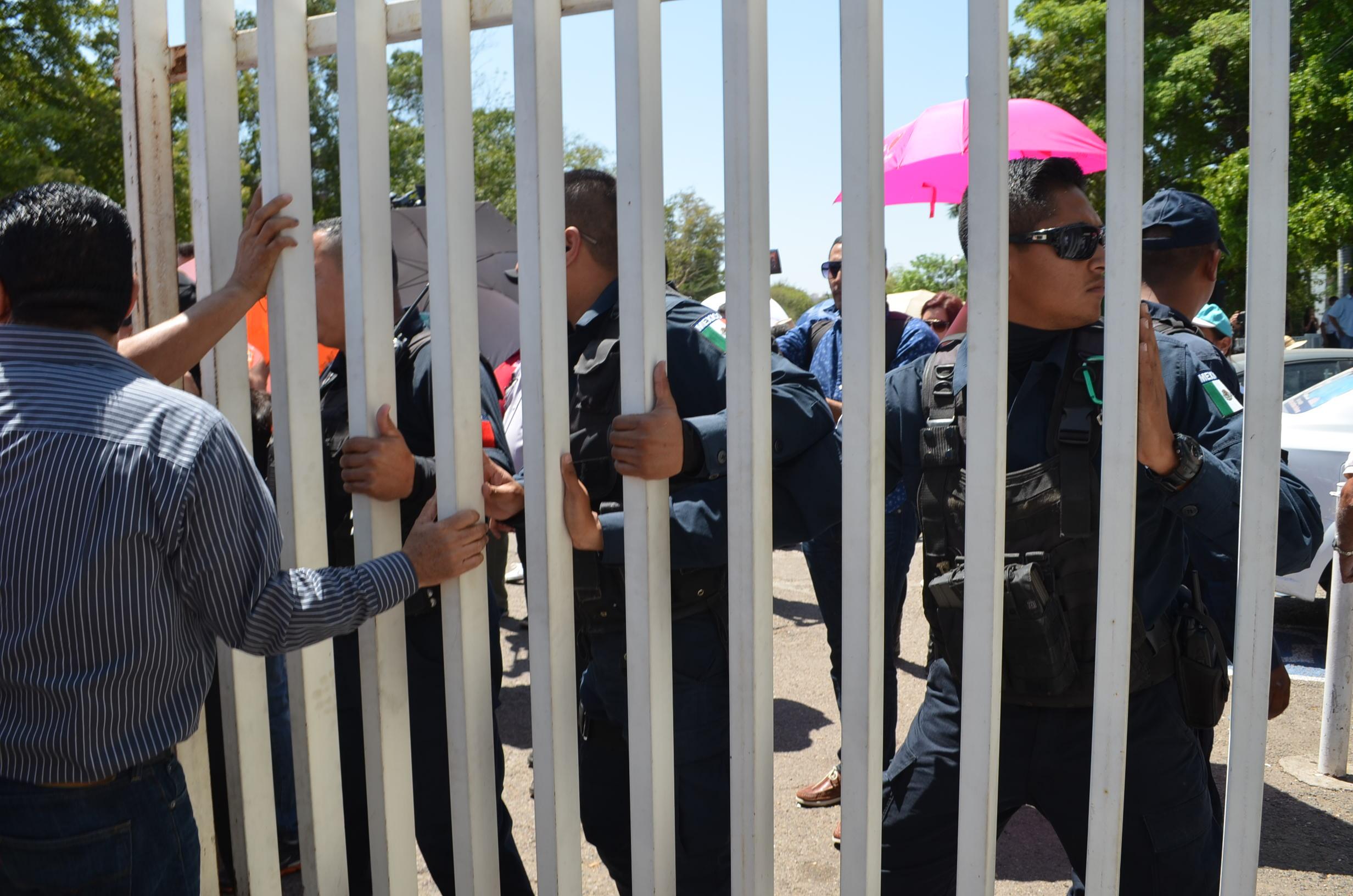 Policías bloquean paso a SEPyC. Fotografía: Gabriela Sánchez