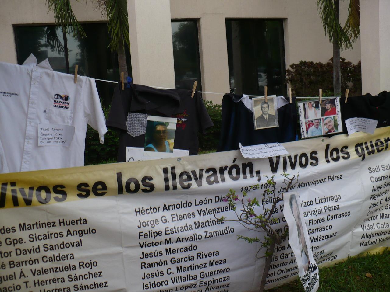 Se extienden mantas y objetos personales de personas desaparecidas. Fotografía: Gabriela Sánchez