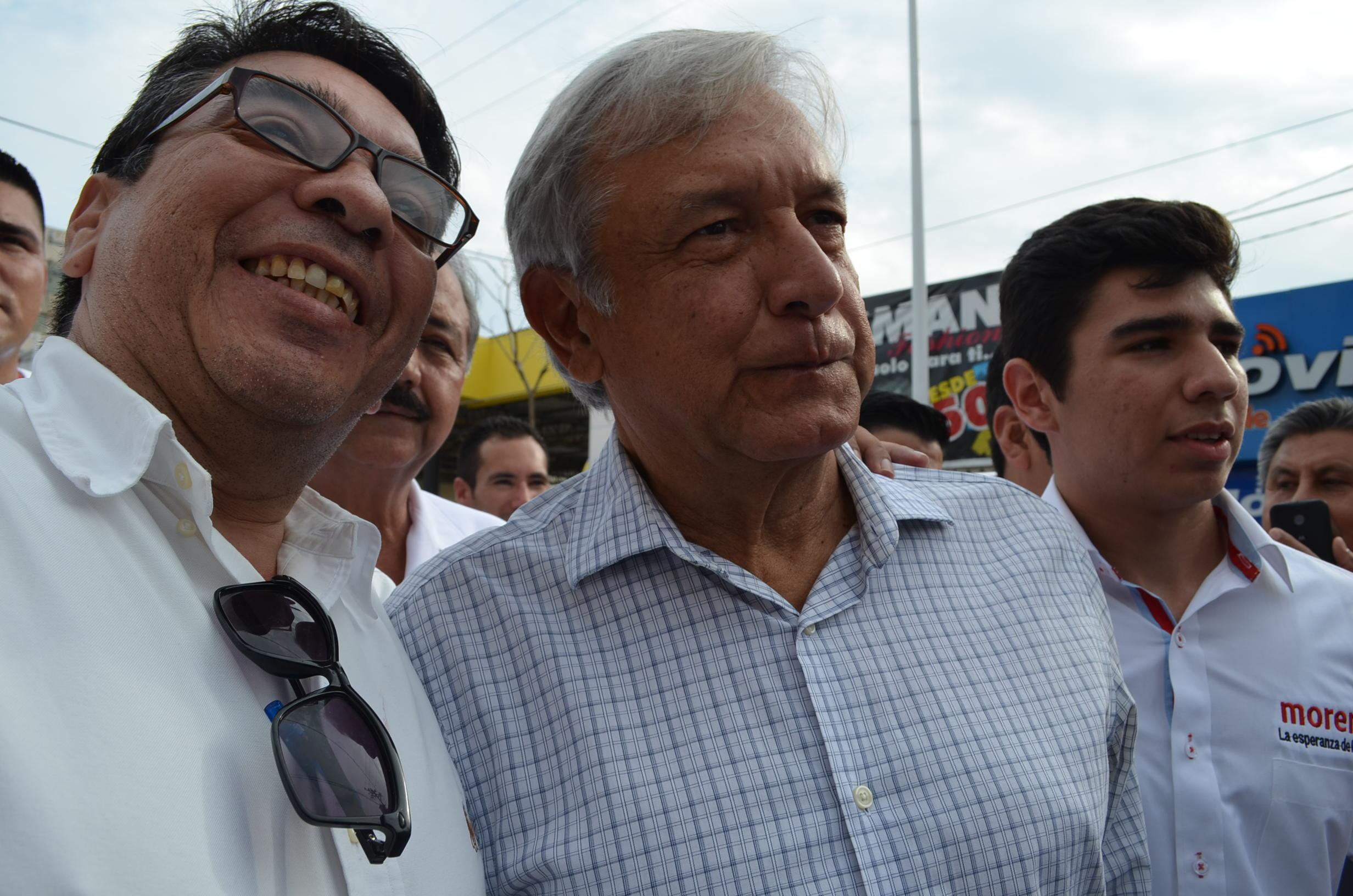 AMLO, siendo recibido por simpatizantes del partido. Fotografía: Gabriela Sánchez