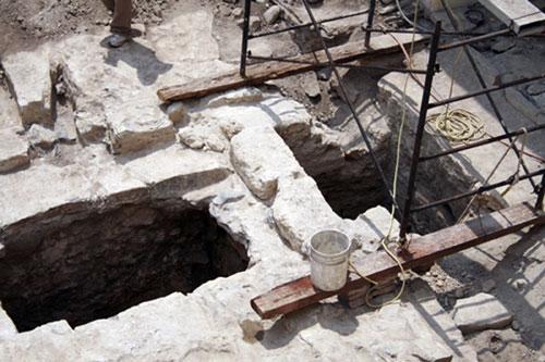 Vista general del patio central del Museo Metropolitano de Monterrey durante los trabajos arqueológicos de recuperación
