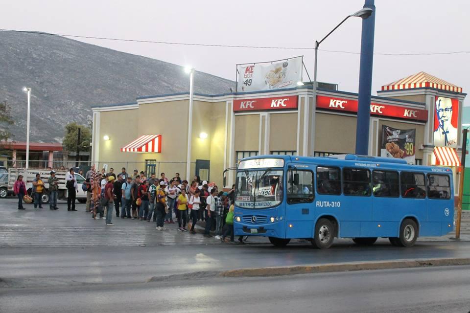 Gente esperando abordar camión urbano en avenida Aztlán. / FOTO: Carolina Muela